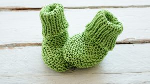 Booties for newborn babies knitting pattern video tutorial So Woolly