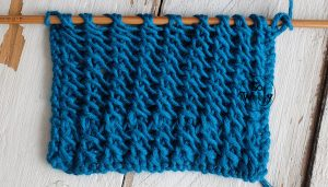 Reversible knitting stitch pattern in three steps and one row